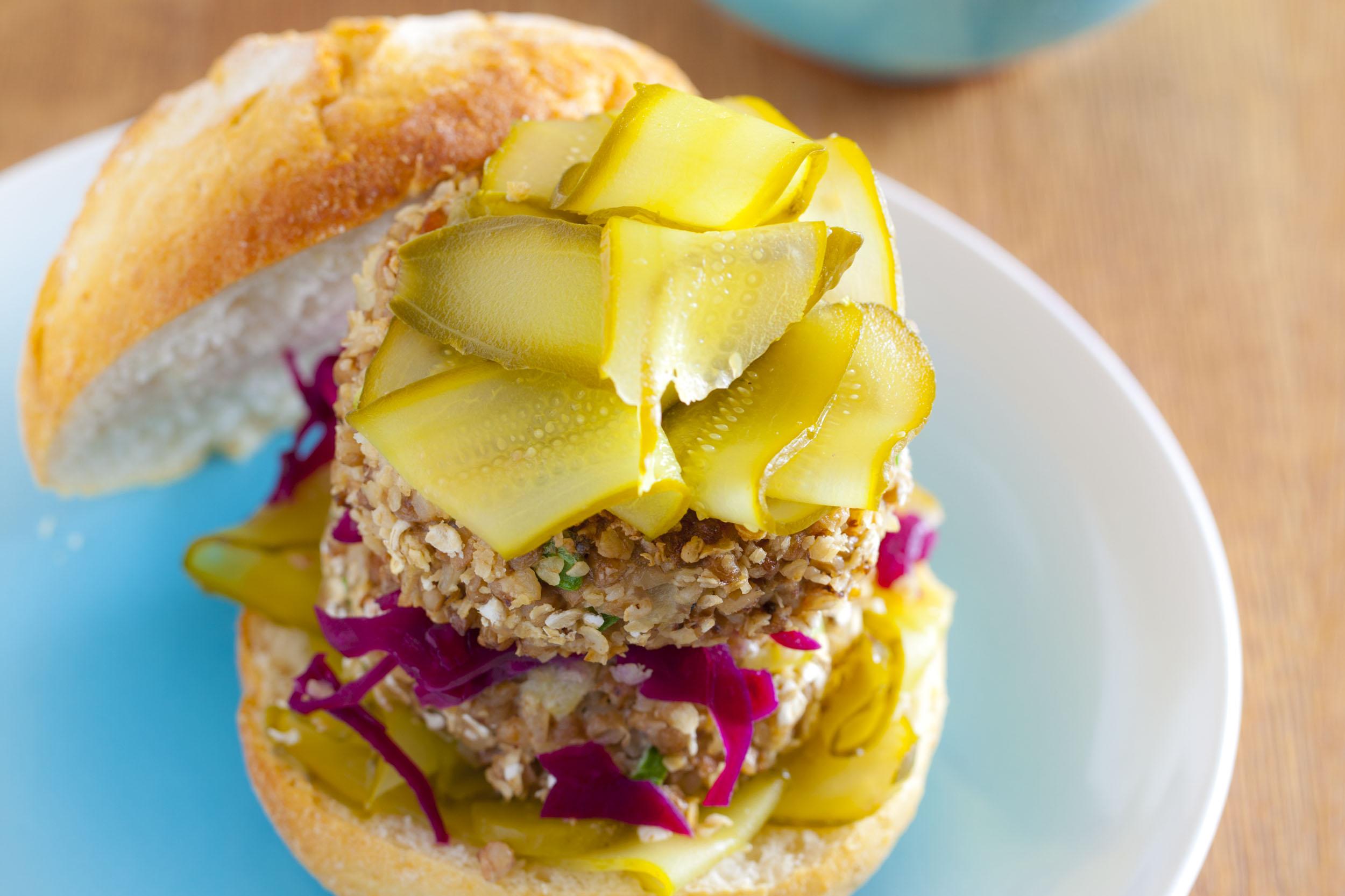 Wege burger z kaszy gryczanej i koziego sera z kiszoną czerwoną kapustą i ogórkami
