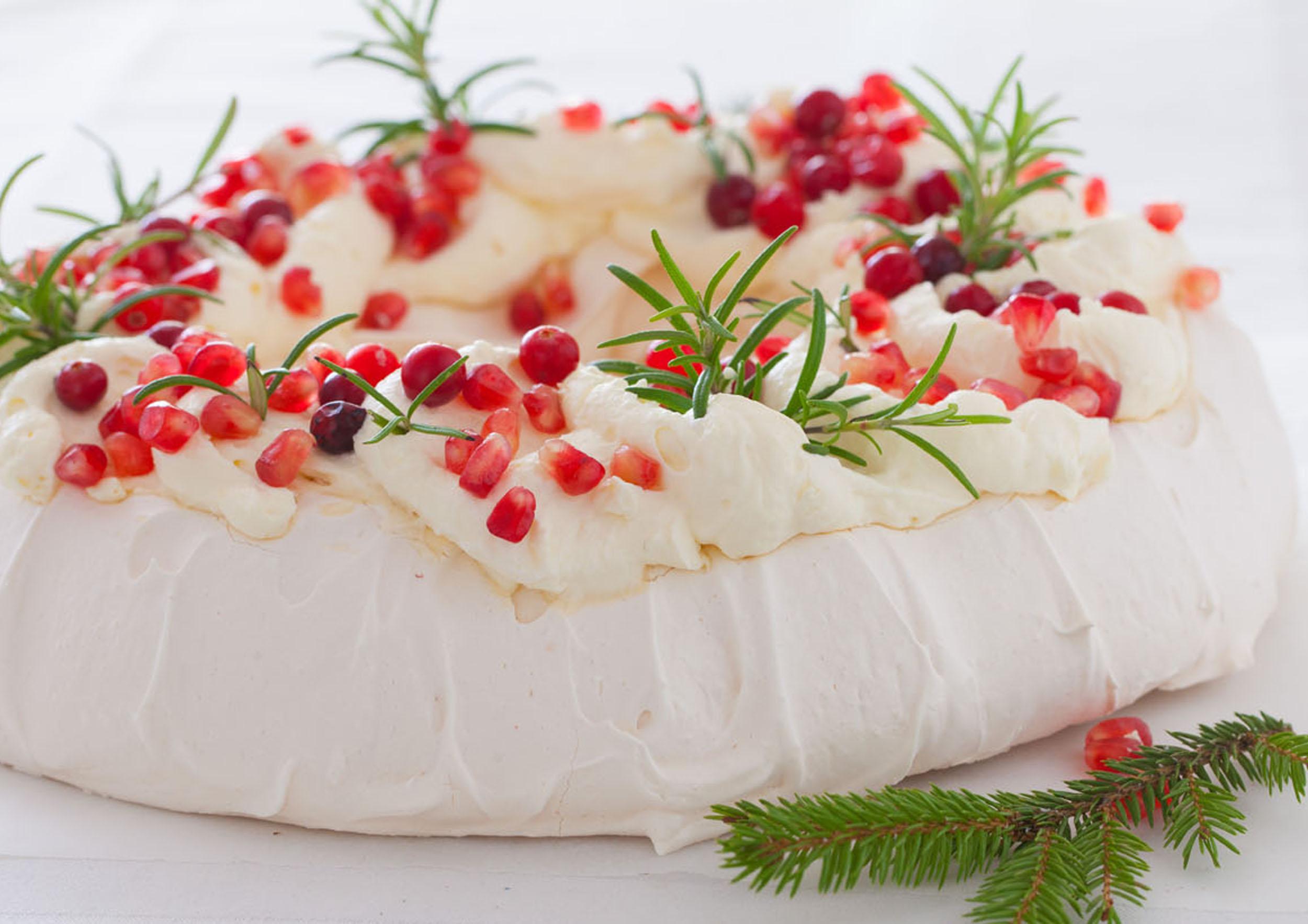 Świąteczna Pavlova z granatem, żurawiną i rozmarynem