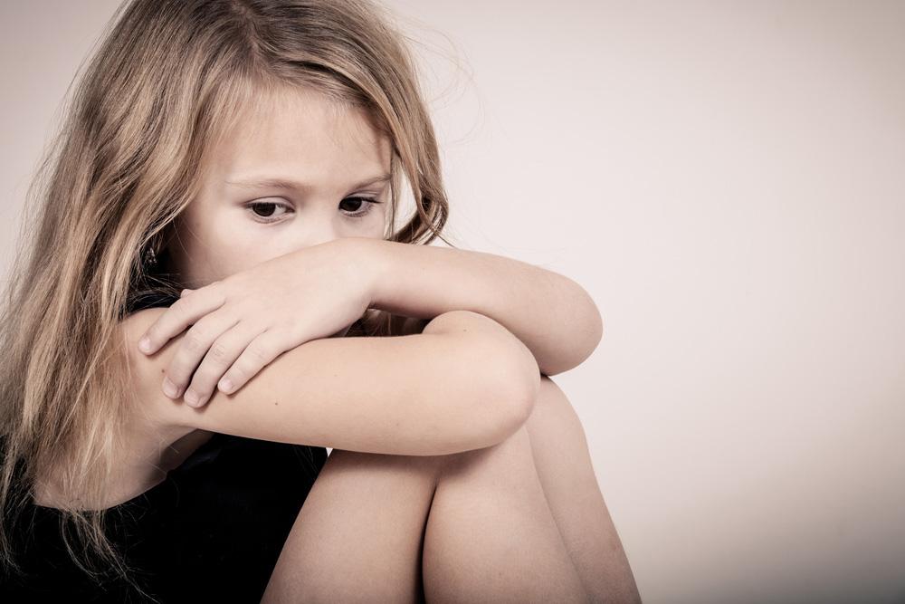 Ein kleines Mädchen hat Angst vor dem Verlassenwerden