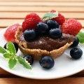 Schokoladig-fruchtige Beerencups mit Minze