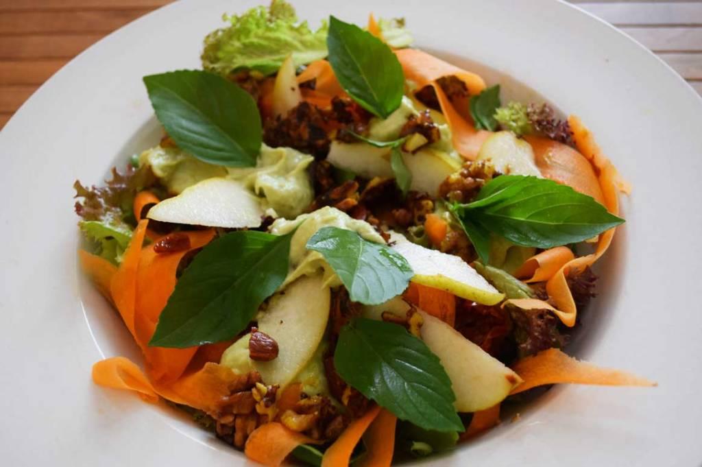 Avocado-Birnen-Dressing und karamellisierte Nüsse machen diesen Salat nahrhaft und überraschend!