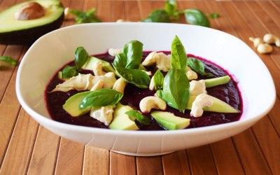 Rote Rüben Bowl mit Avocado und Hummus