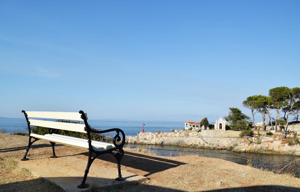 Parkbank hoch über dem Meer