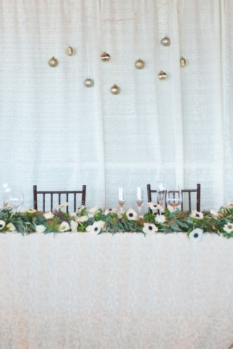 Garland with anemones for sweetheart table