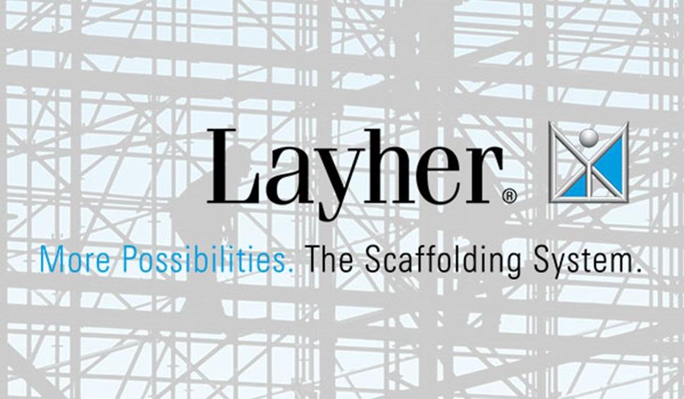 Logotipo Layher con fondo de andamios