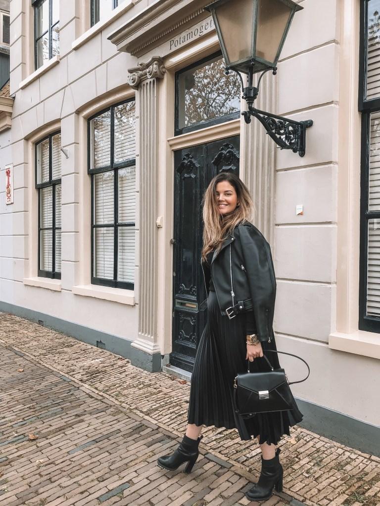Black pleated skirt | Layla Rosita | www.laylarosita.com | #ootd #fashion #pleated #skirt #fall #fallfashion #2019
