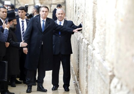 Brazilian President Jair Bolsonaro, accompanied by Israeli Prime Minister Benjamin Netanyahu, pose for a photo as they visit the Western Wall in Jerusalem's Old City