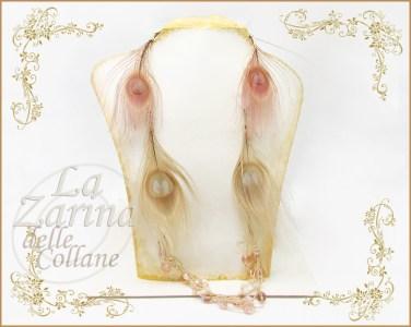 collana piume pavone, collane originali, collane particolari, idee originali collane, collana beige, collana colori pastello, collane etniche particolari,