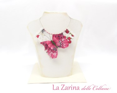 collana in tessuto con farfalla