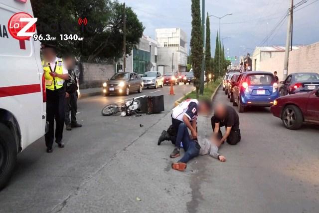 Adolescente motociclista choca contra un automóvil en la Avenida Periodismo