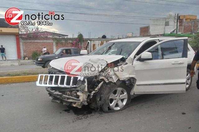 Familia queda levemente herida en choque de 2 camionetas en Apatzingán