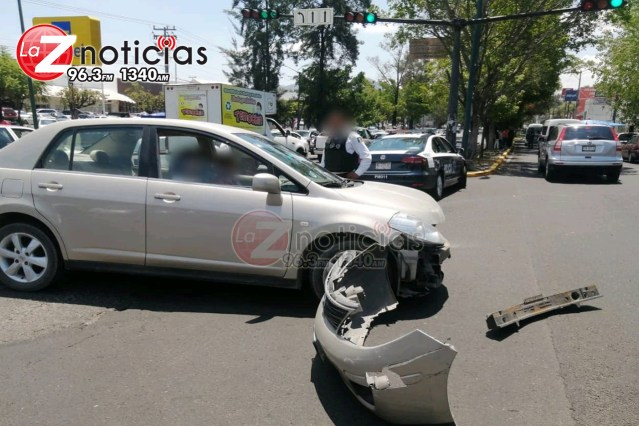 Se registra choque entre 2 autos en la Av. Camelinas, Morelia