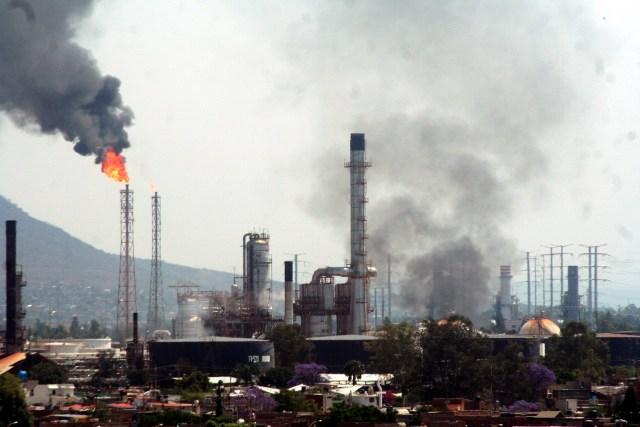 Aseguran auto con explosivos tras amenazas a refinería de Salamanca