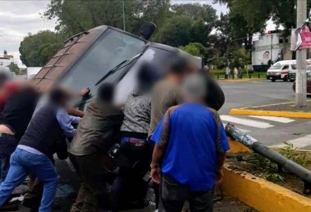 Vuelca camioneta tras chocar contra semáforo en la Av. Héroes de Nocupétaro