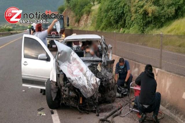 Chofer de auto queda malherido al chocar su vehículo contra un tráiler