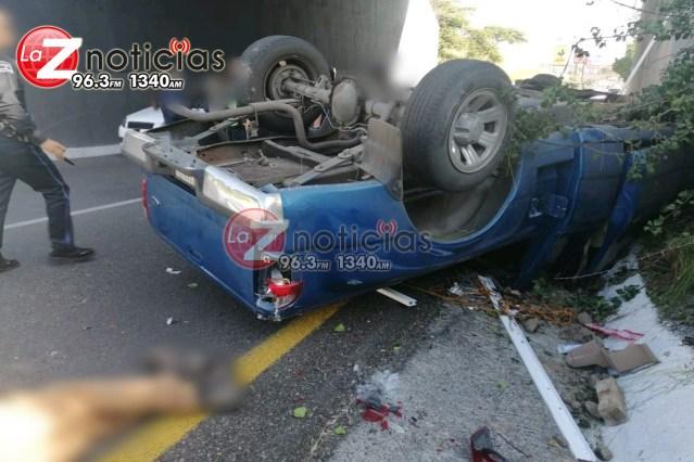Vuelca camioneta en Calzada La Huerta; hay 2 heridos