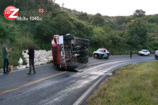 Vuelca camión cargado con maíz en la Morelia-Mil Cumbres