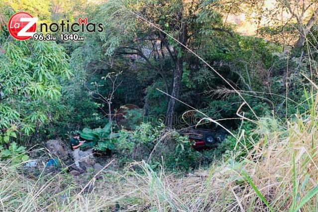 Camioneta se va un barranco en Tacámbaro