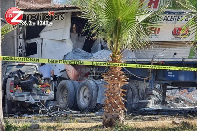 Tráiler sin control embiste 3 vehículos y se impacta contra 2 negocios; no hay víctimas