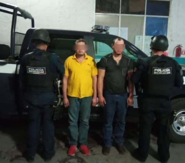 Detienen a dos con arma, droga y camioneta robada