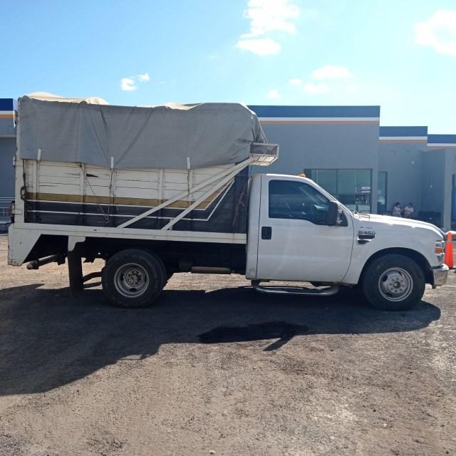 En Uruapan, detiene FGE a dos personas relacionadas en posibles conductas ilícitas y asegura camioneta cargada de aguacate