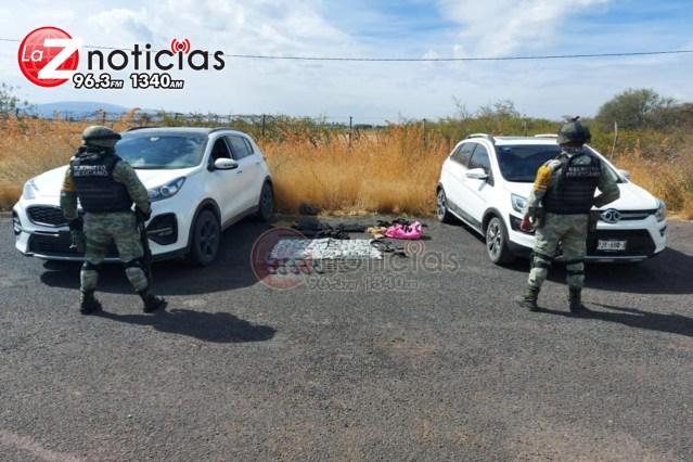 Militares aseguran en Yurécuaro 2 autos robados que traían armamento y drogas
