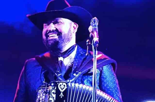 Ricardo Muñoz, vocalista de Intocable, se vacunó contra Covid; en redes lo tunden