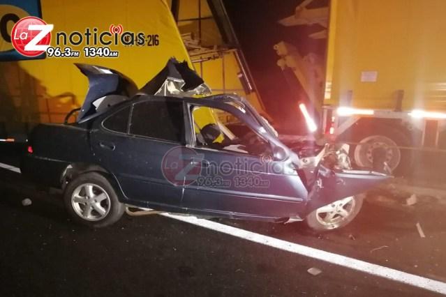 Mueren cuatro personas en choque de auto compacto contra camión nodriza