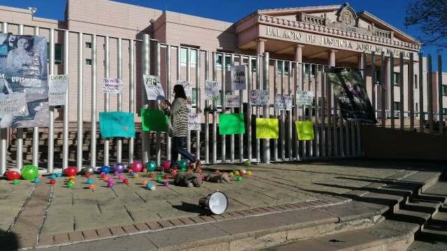 Colectivo Padres y Madres en Custodia se manifiesta en Palacio de Justicia