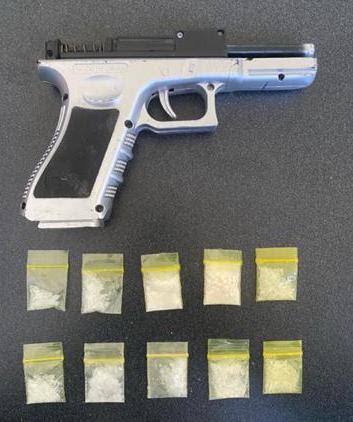 En Jacona, detiene SSP a uno en posesión de 10 dosis de metanfetamina y una réplica de arma de fuego