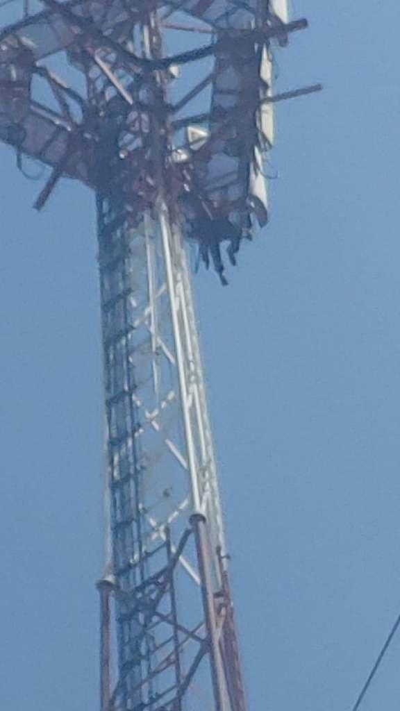 Hombre desata movilización policial y de rescate por estar en lo alto de una torre de comunicación