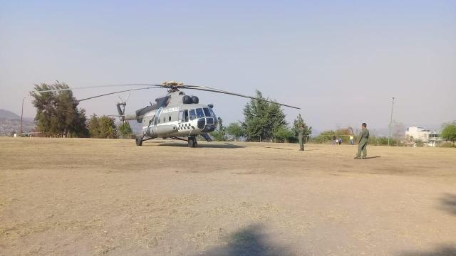 Arriba el helicóptero especializado para combatir incendio en Hidalgo y Jungapeo