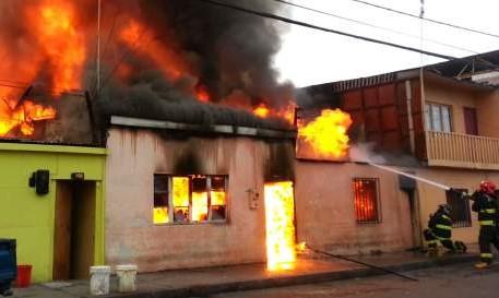 Hombre incendia casa con su esposa e hija adentro en Tamaulipas