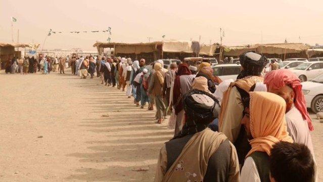 EU anuncia 500 mdd de ayuda a refugiados afganos que huyen del Taliban