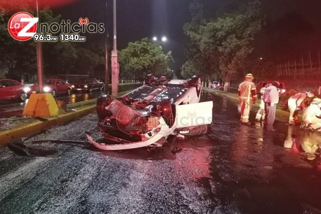 Se registra choque volcadura de auto en Calzada La Huerta