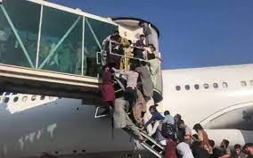 Caos en Kabul: las personas tratan de huir del país