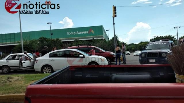 Ocurre accidente con tres autos involucrados