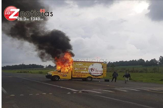 Queman camioneta y bloquean carretera en Nahuatzen por falta de pago a maestros