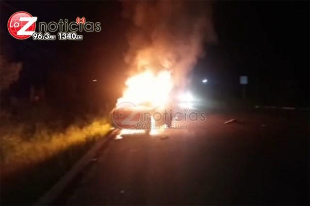 Dos heridos y un auto incendiado, saldo de choque en Lázaro Cárdenas