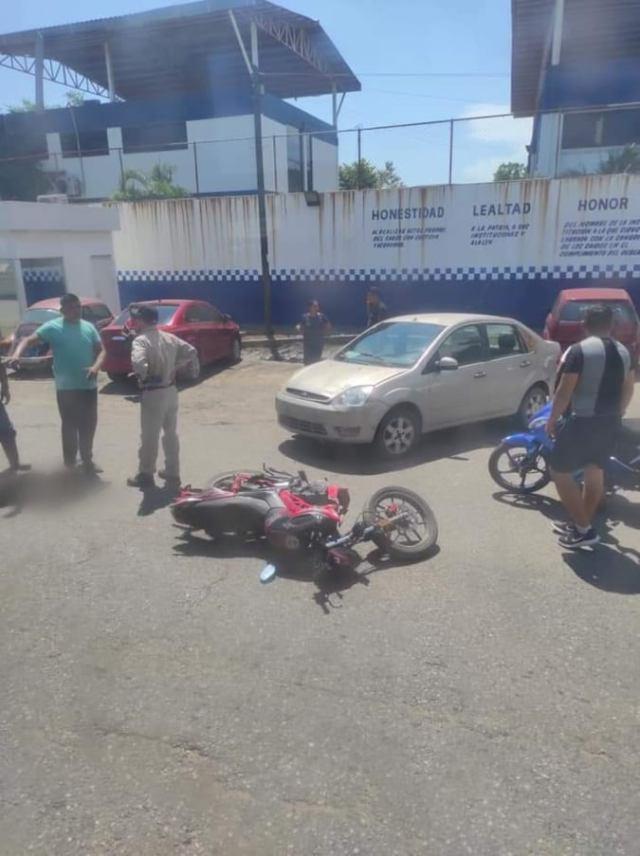 Hombre se lesiona en choque entre moto y auto