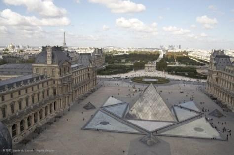 paris louvre-cour-napoleon-pyramide_0