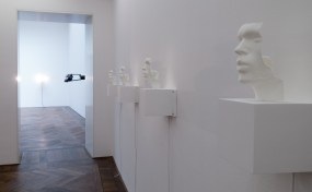 Installation sonore : Yngve Holen (sculptures) und Aedrhlsomrs Othryutupt Lauecehrofn (music/sound) | exposition «Verticalseat» de Yngve Holen à la Kunsthalle Basel du 13 mai au 14 août 2016 (photo : alain walther)