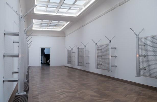 «VERTICALSEAT» (2016) de Yngve Holen | exposition «Verticalseat» de Yngve Holen à la Kunsthalle Basel du 13 mai au 14 août 2016 (photo : alain walther)