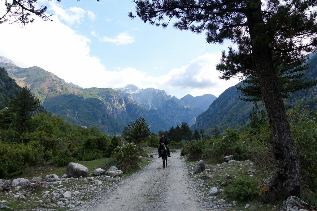 Spotyka się z facetem z Albanii