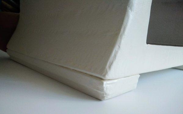Petite commode ou table de chevet blanche et dorée - pied