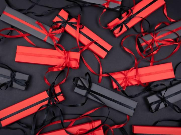 cadeaux emballés rouge et noir