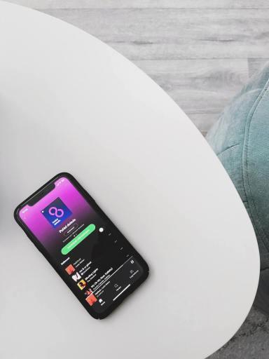 smartphone posé sur une table ouvert sur Spotify