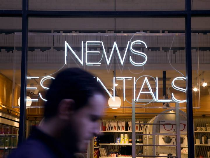 "devanture de magasin ""news essentials"""