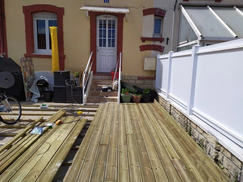 pose premières lames terrasse bois