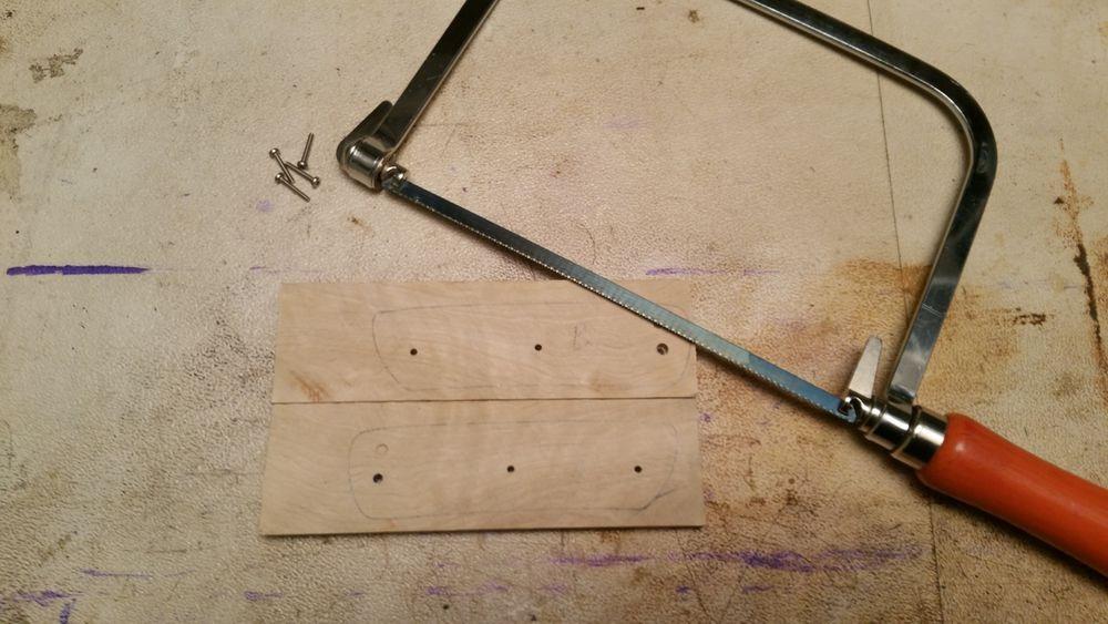 On sort la scie à ruban (ouai c'est une scie à ruban ! c'est juste que le ruban il est pas complet :P ) (non non non, je n'ai pas utilisé la lame qui est sur la photo... enfin si, j'avoue, pour la toute première coupe pendant laquelle je me suis dit qu'il était bizarre ce bois)
